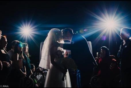 זוג ברגע מרגש חתונה קטנה בתל אביב